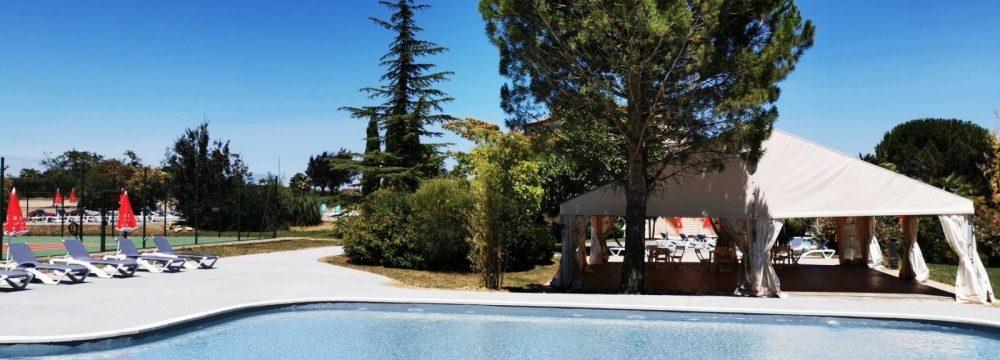 piscine devant tente