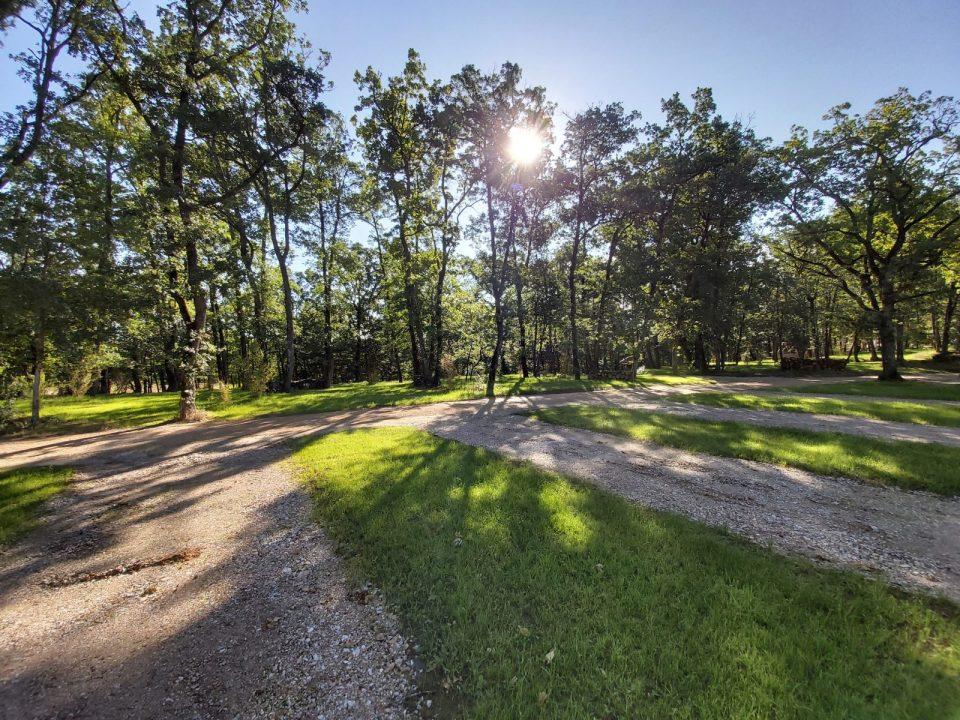 L'espace camping car couter durée est ombragé et bénéficie d'une vidange et d'une station de remplissage