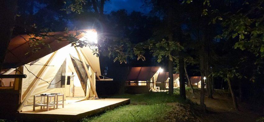 L'allée des tentes lodges la nuit
