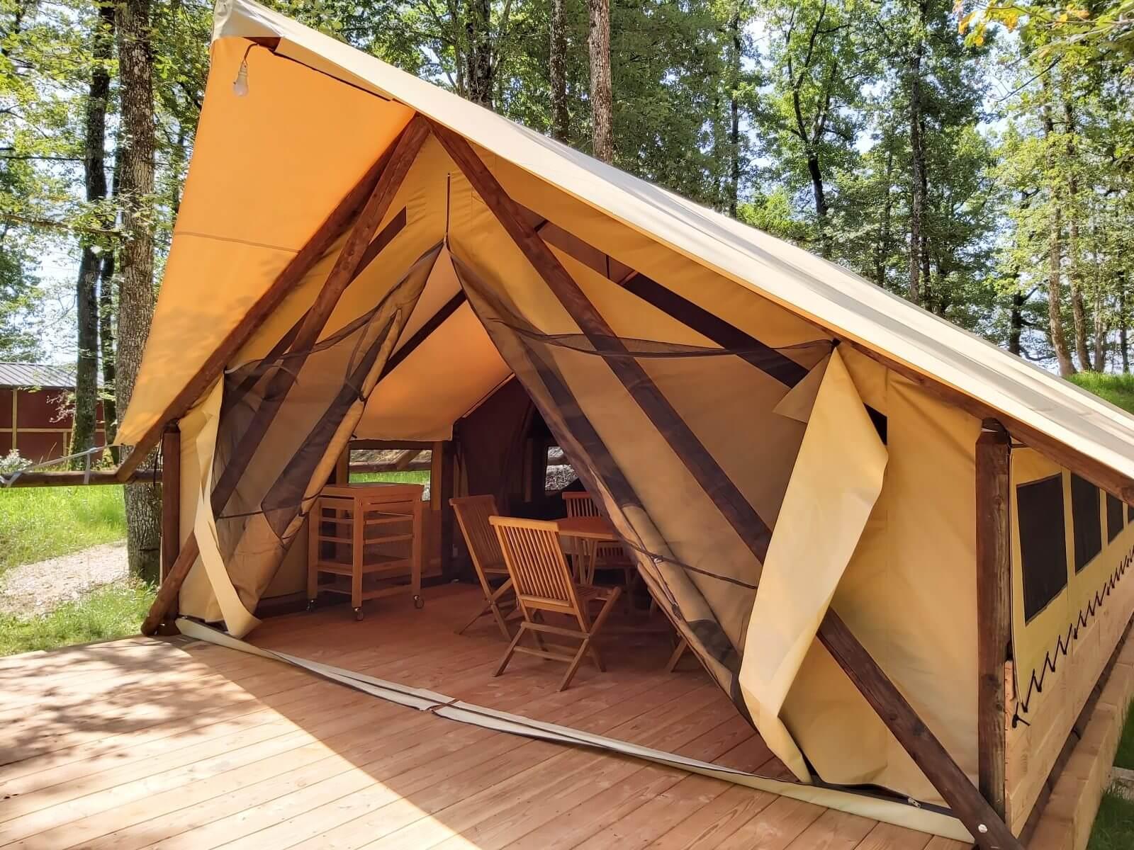 Le mobiel intérieur de la tente lodge