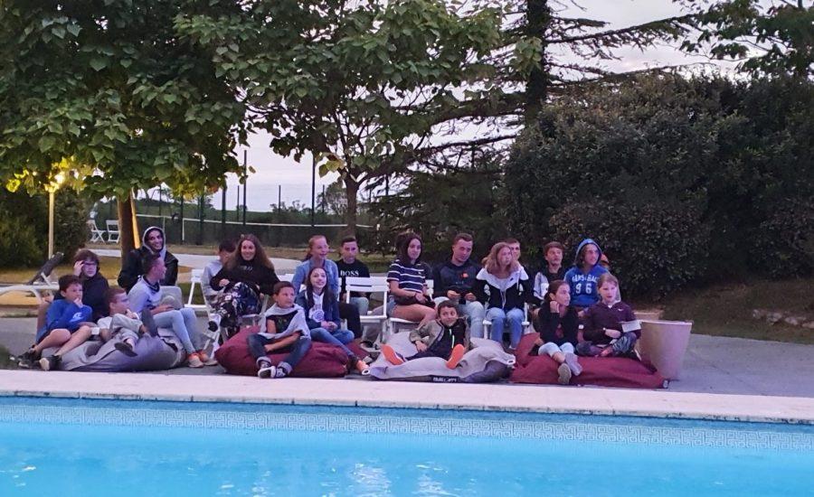 soirée ado au bord de la piscine